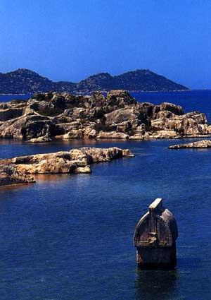 Ликийская гробница, виднеющаяся на поверхности воды у острова.
